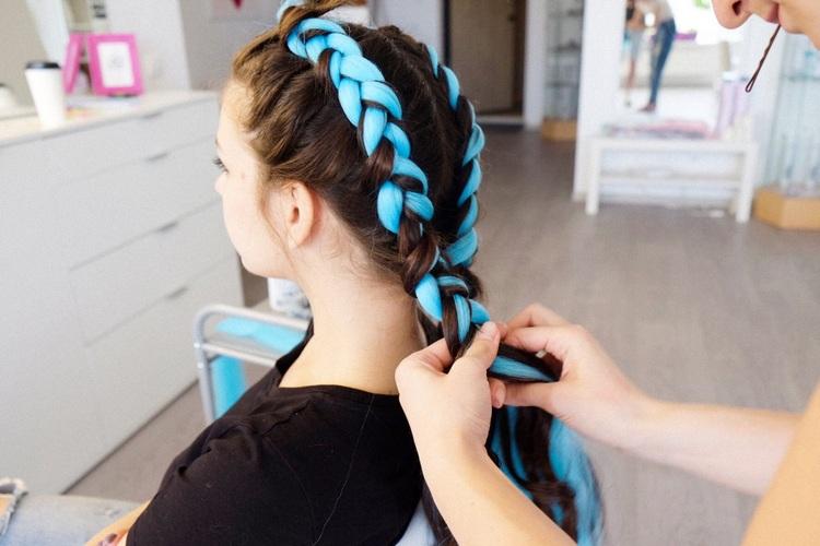 Цветные волосы, вплетенные в косу: как называются