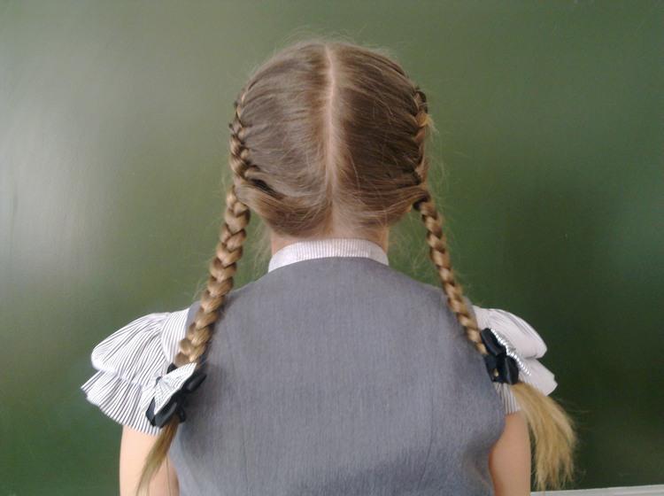 Две косички по бокам в школу