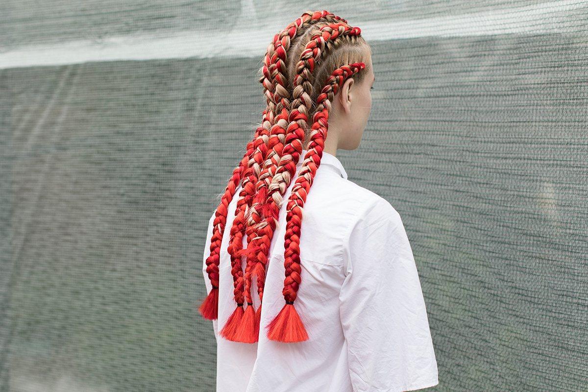 Как вплести цветные накладные пряди в косу