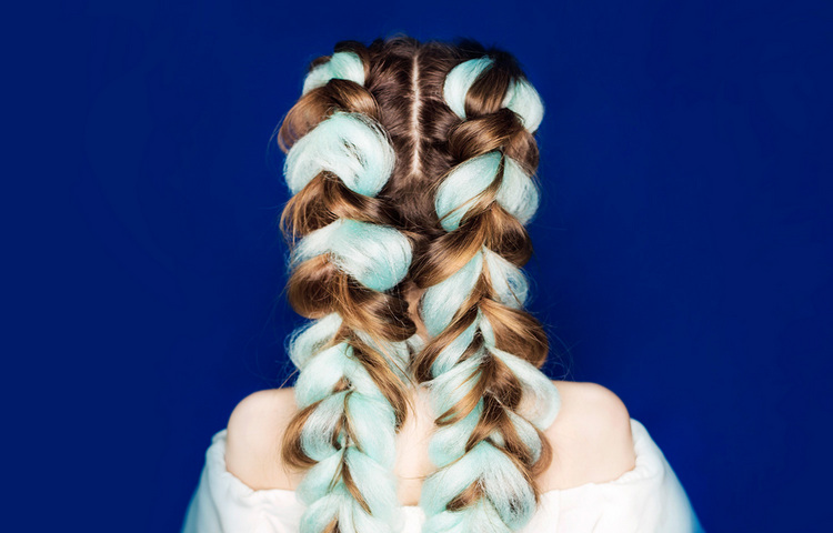 Как вплести цветные пряди в косу