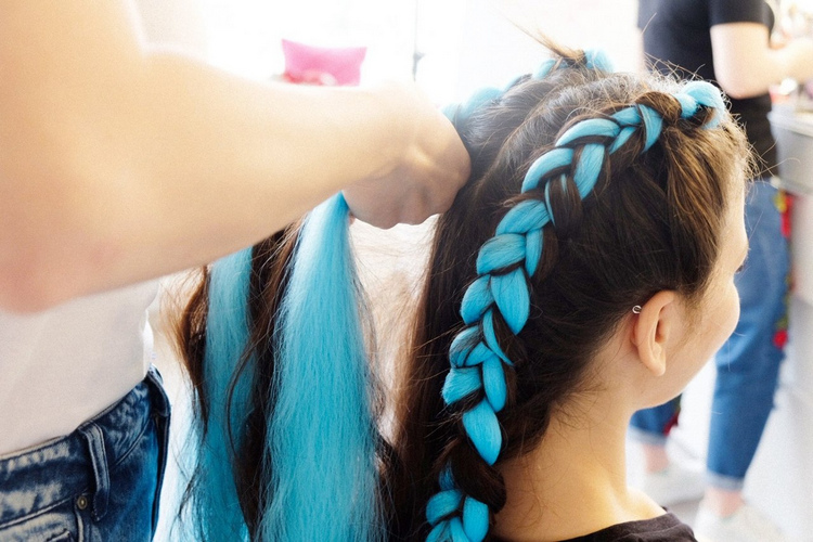 Как заплести косы с цветными прядями