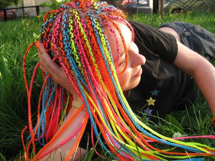 Косички с цветными вставными прядями