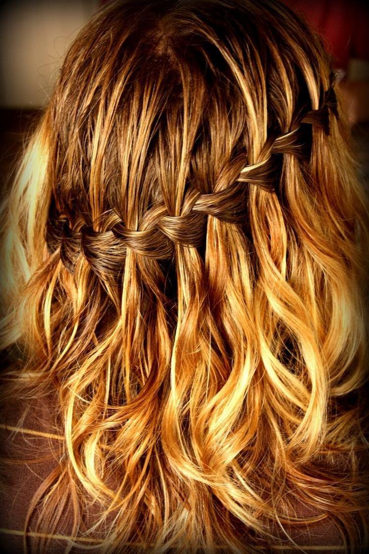 Модная коса-водопад на средние волосы