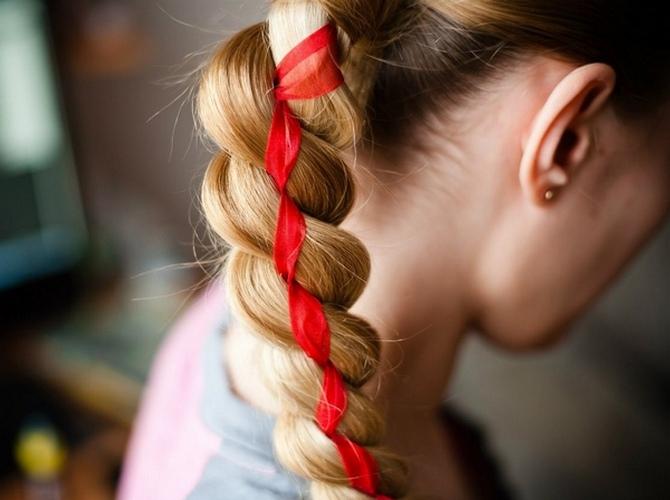 Популярная коса с лентой
