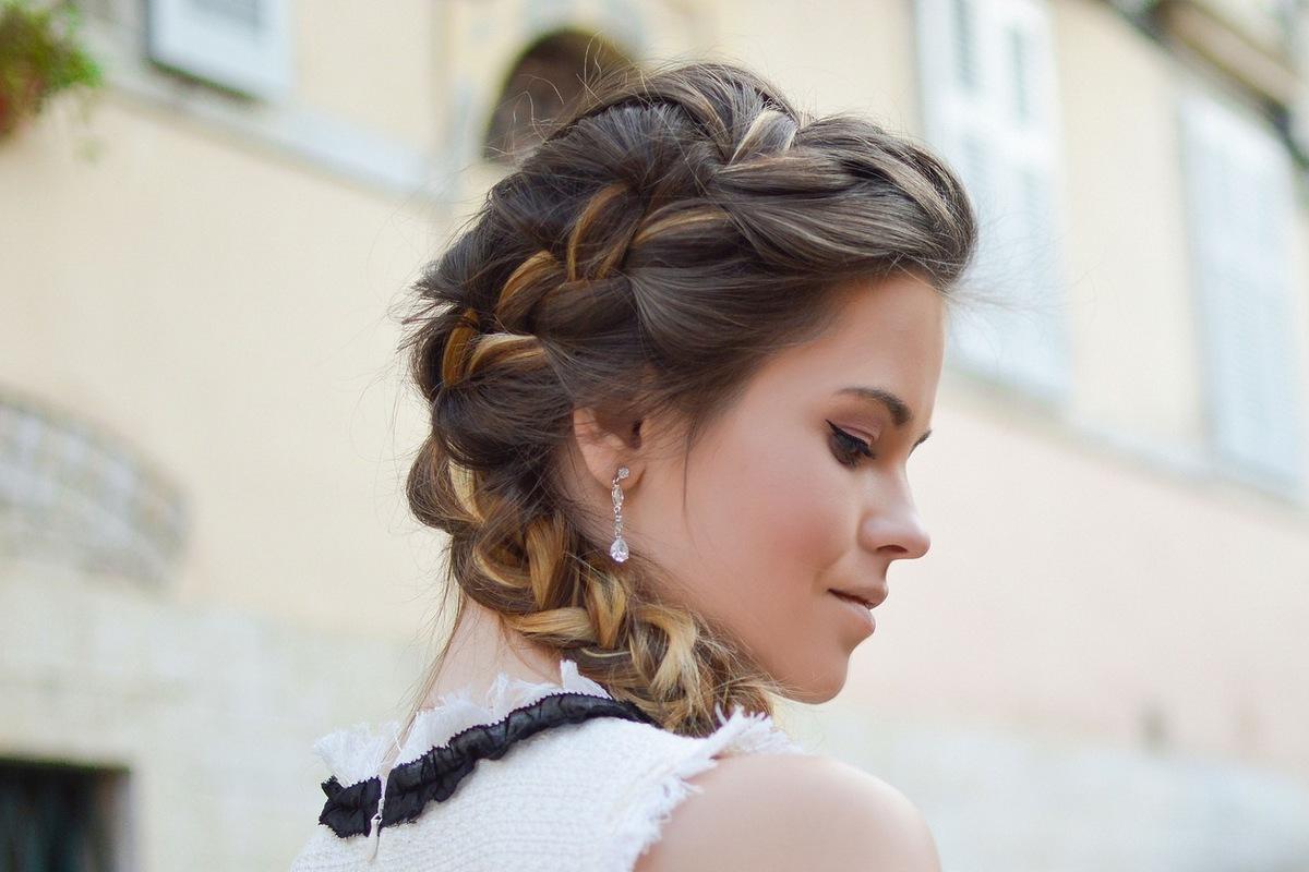 Повседневные косички на средние волосы