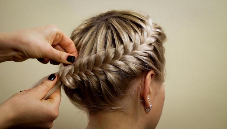 Праздничная коса полукруг на длинные волосы