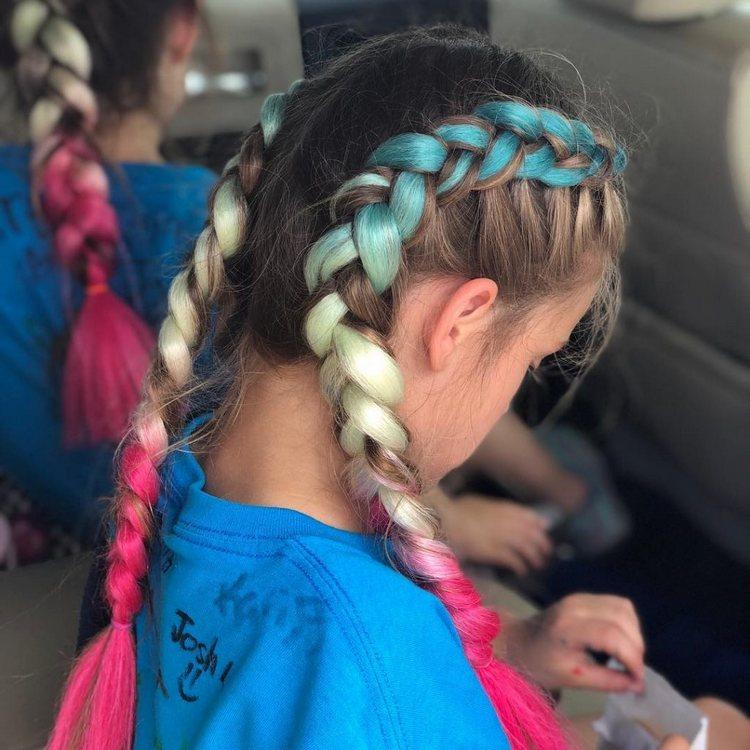 Прическа с цветными косичками
