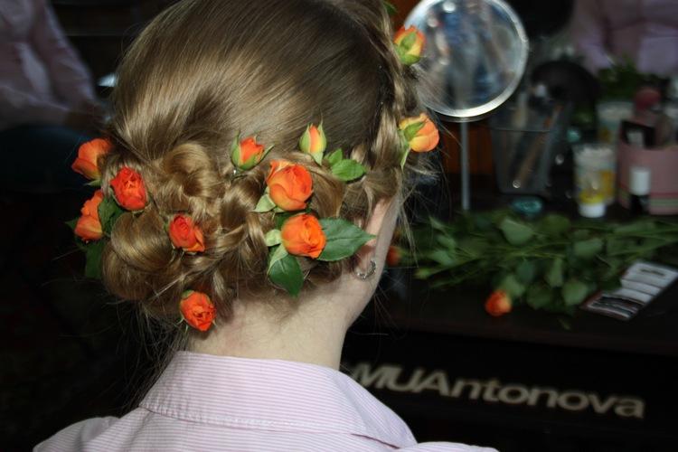 Прически с цветами и косами