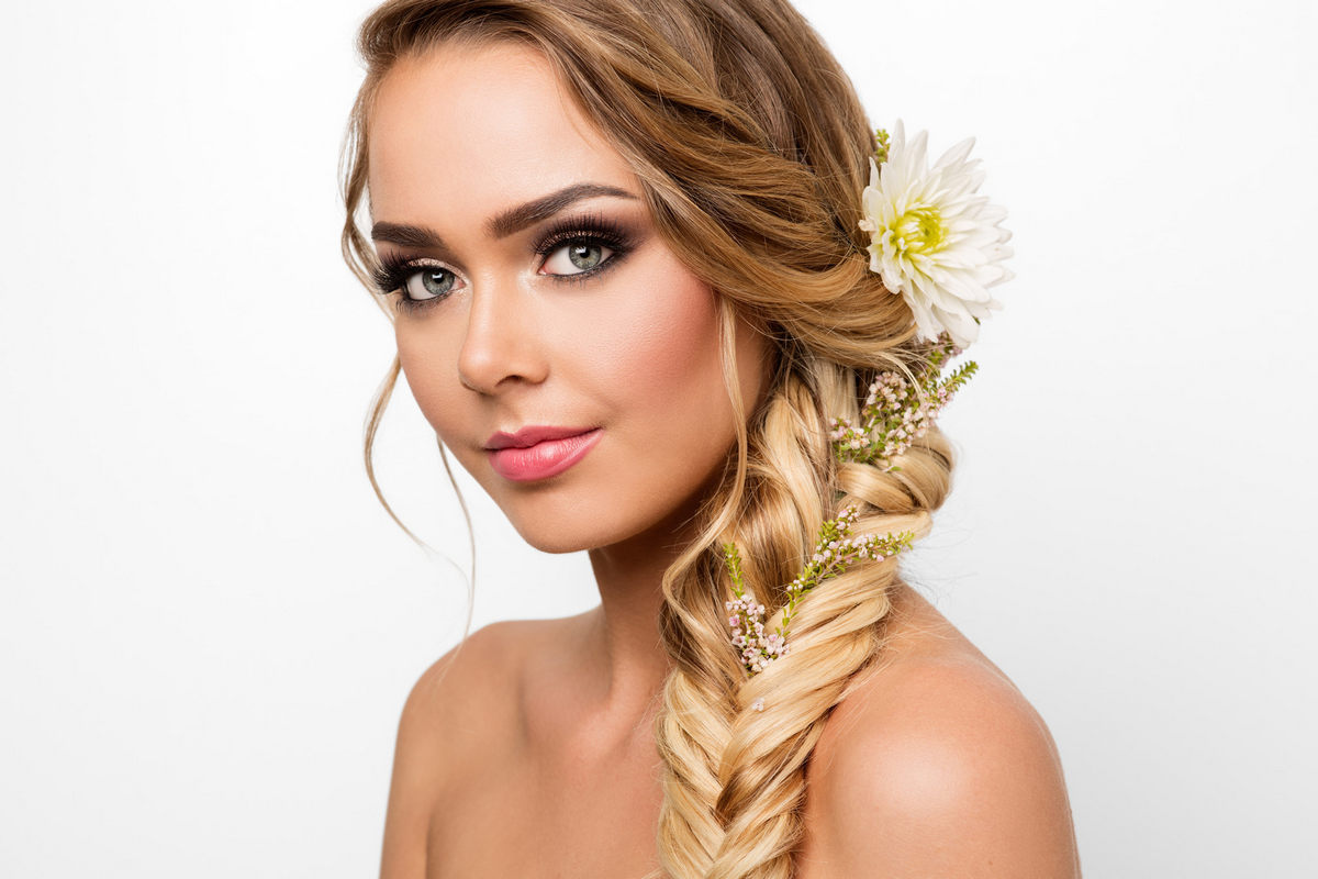 Прически с плетением кос