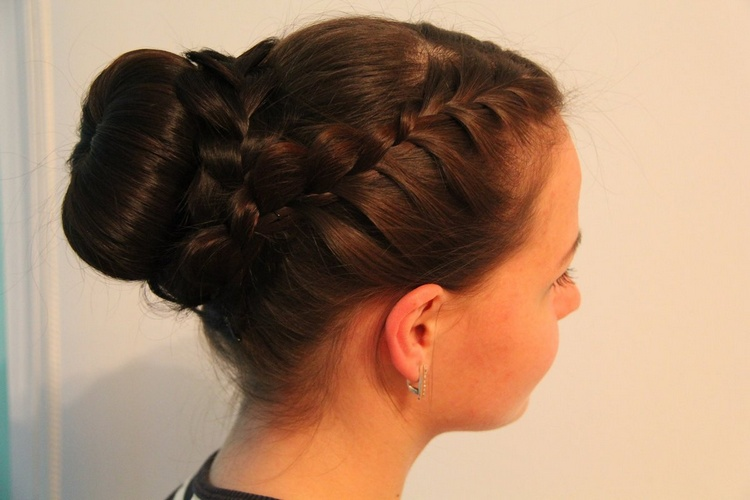 Пучок из волос с косичкой