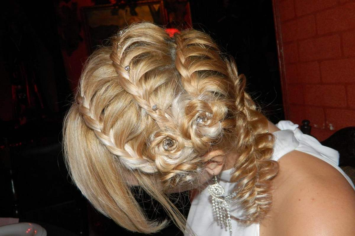 Вечерние косы на средние волосы