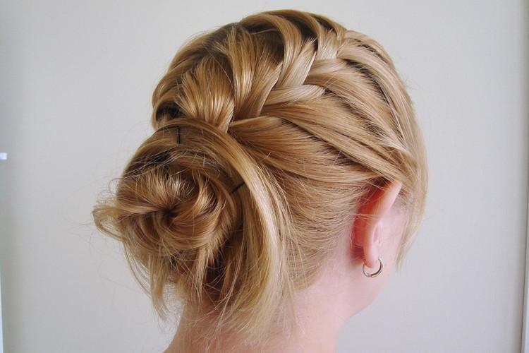 Вариант косички на средние волосы