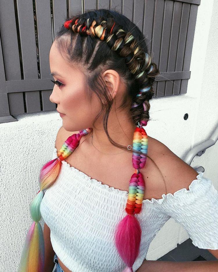 Вплетение цветных волос в косы
